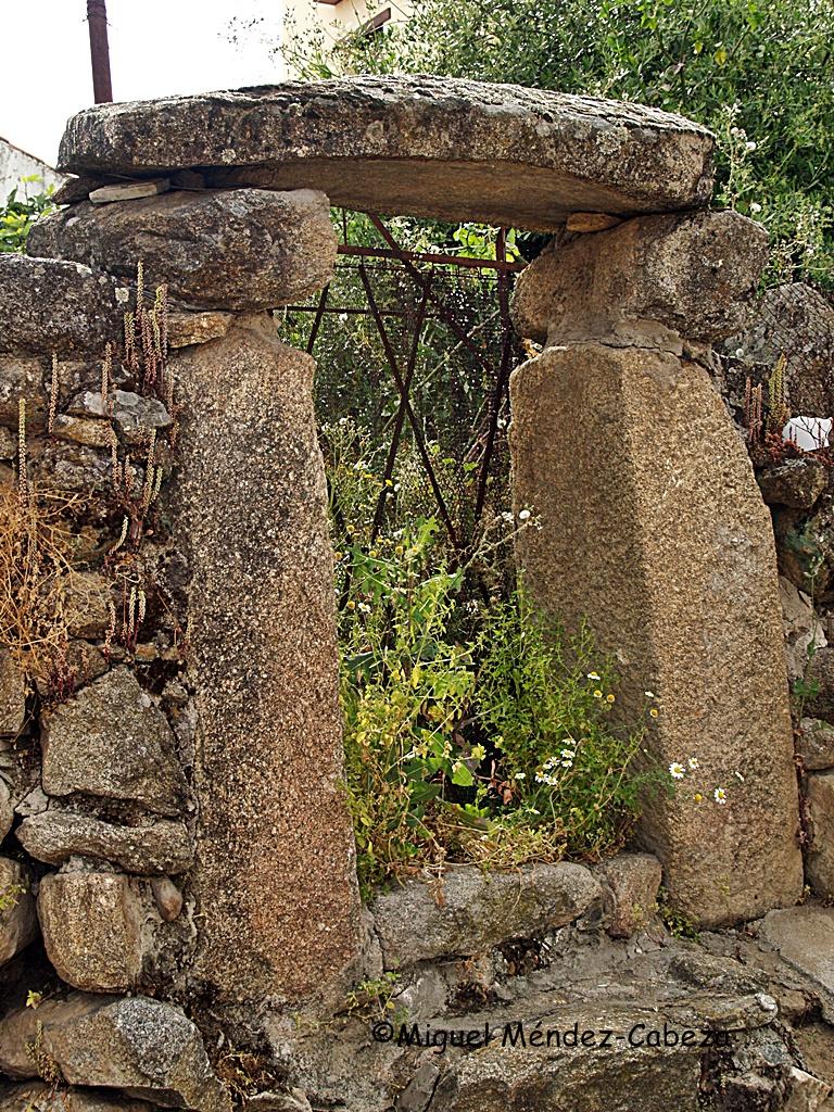Puerta de un corral formada por grandes bloques graníticos como jambas y dintel