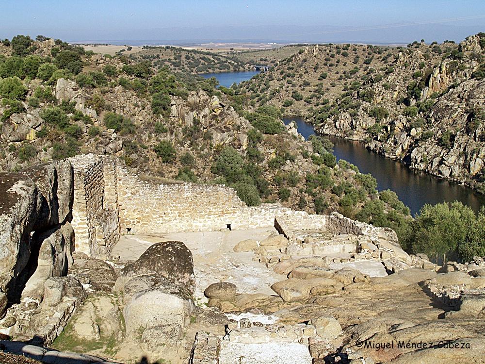 Alcazaba de la ciudad de Vascos con el reculaje del embalse de Azután en el Uso