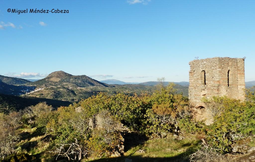 Torre fortificada del poblado del cerro del Castillo. Al fondo el cerro del Oso y el Real de San Vicente