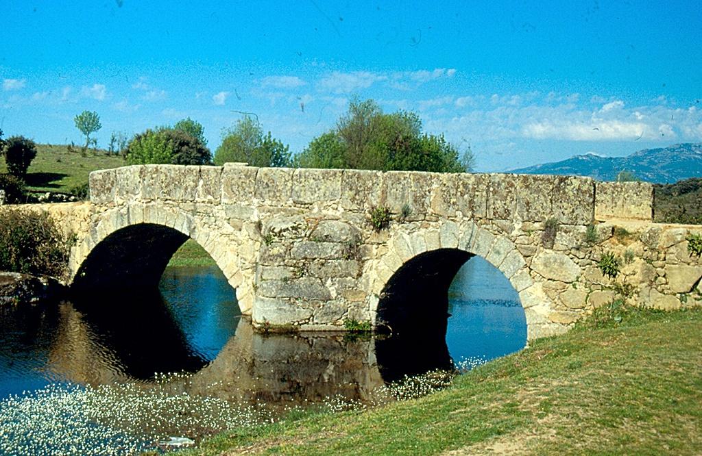 Puente romano sobre la garganta Torinas en Sartajada