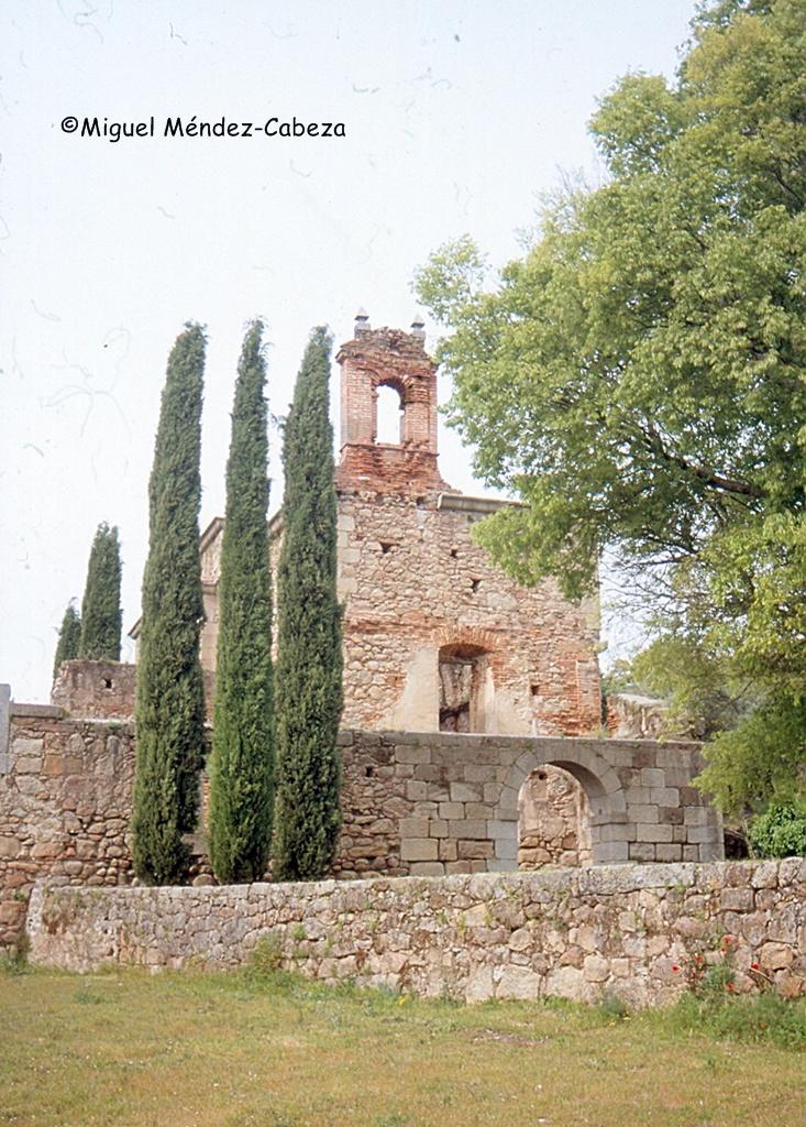 Fachada sur y espadaña del convento de Rosarito