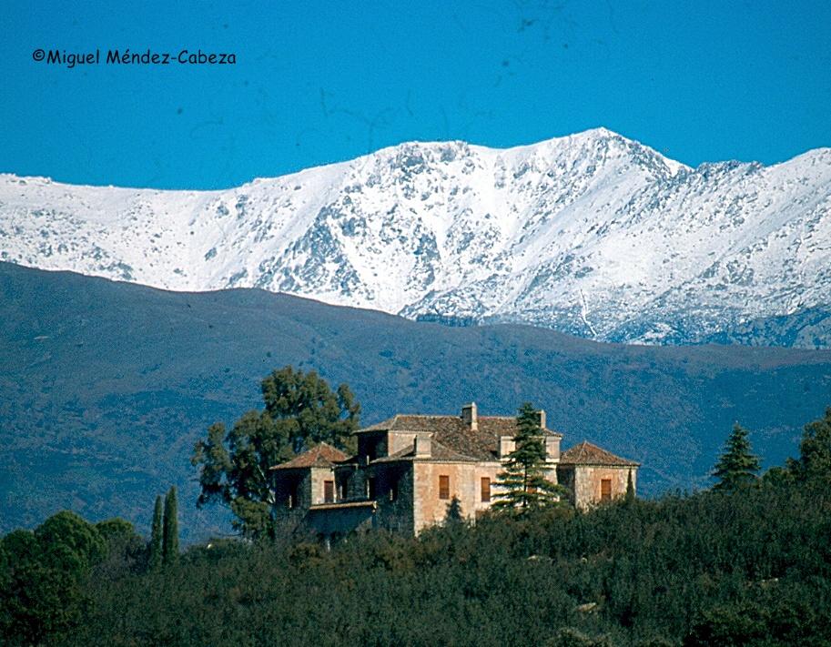 Palacio de Rusarito con el macizo central de Gredos al fondo