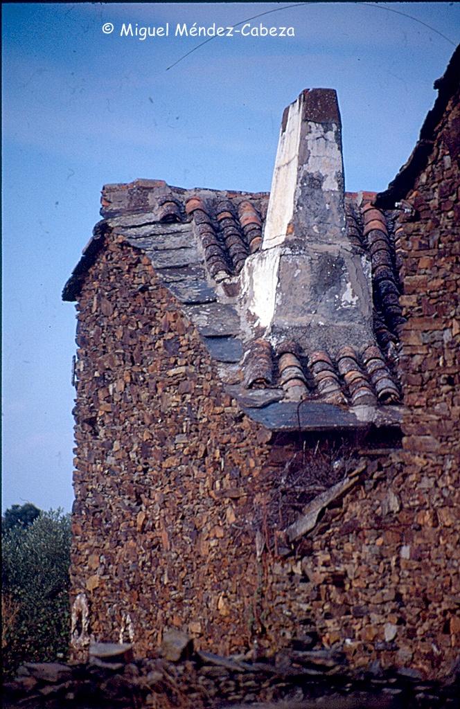 Pizarras como remate de muros y aleros en La Jara