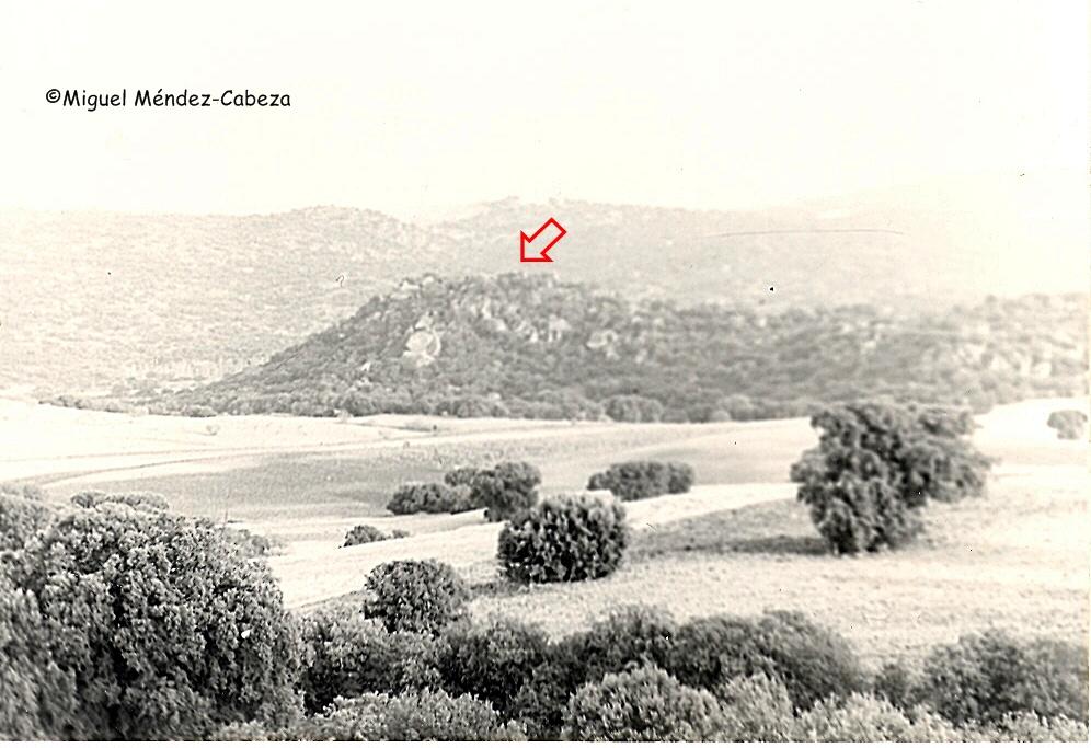 El valle del Cedena con el Riscal de Velasco señalado por la flecha