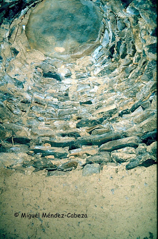 Techo de pizarra en un chozo. Está construido por aproximación de hiladas o falsa cúpula