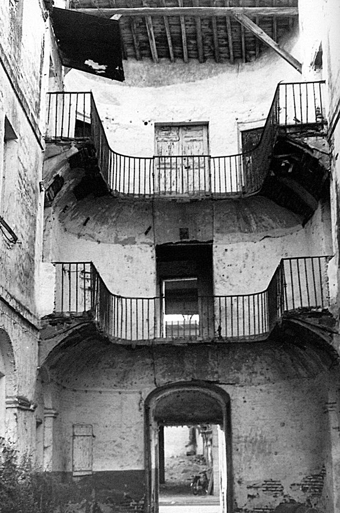 Patio de San José de la antigua casa de la Dirección de las reales Fábricas de Seda, siempre vinculada en la mentalidad popular a fantasmas, brujas y herejes