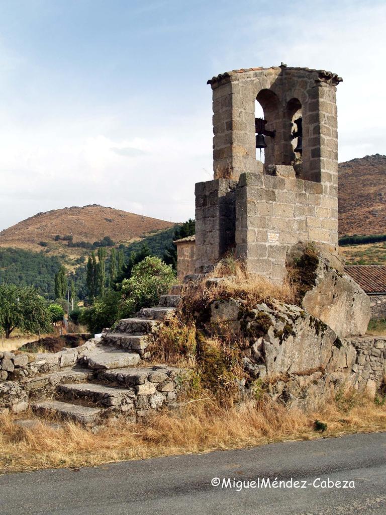 Torre exenta de la iglesia de Navalsauz