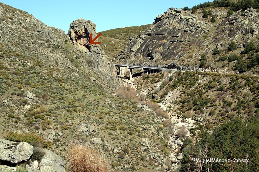 La Cueva del maragato señalada por la flecha