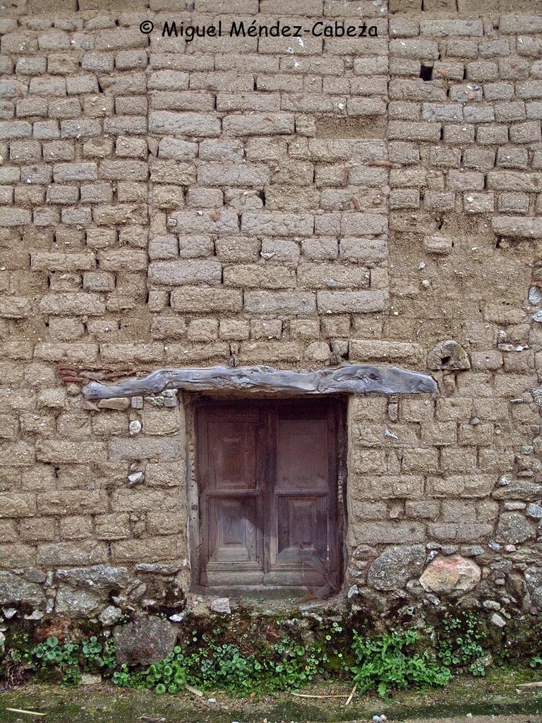 Muro de adobes en Nuño Gómez