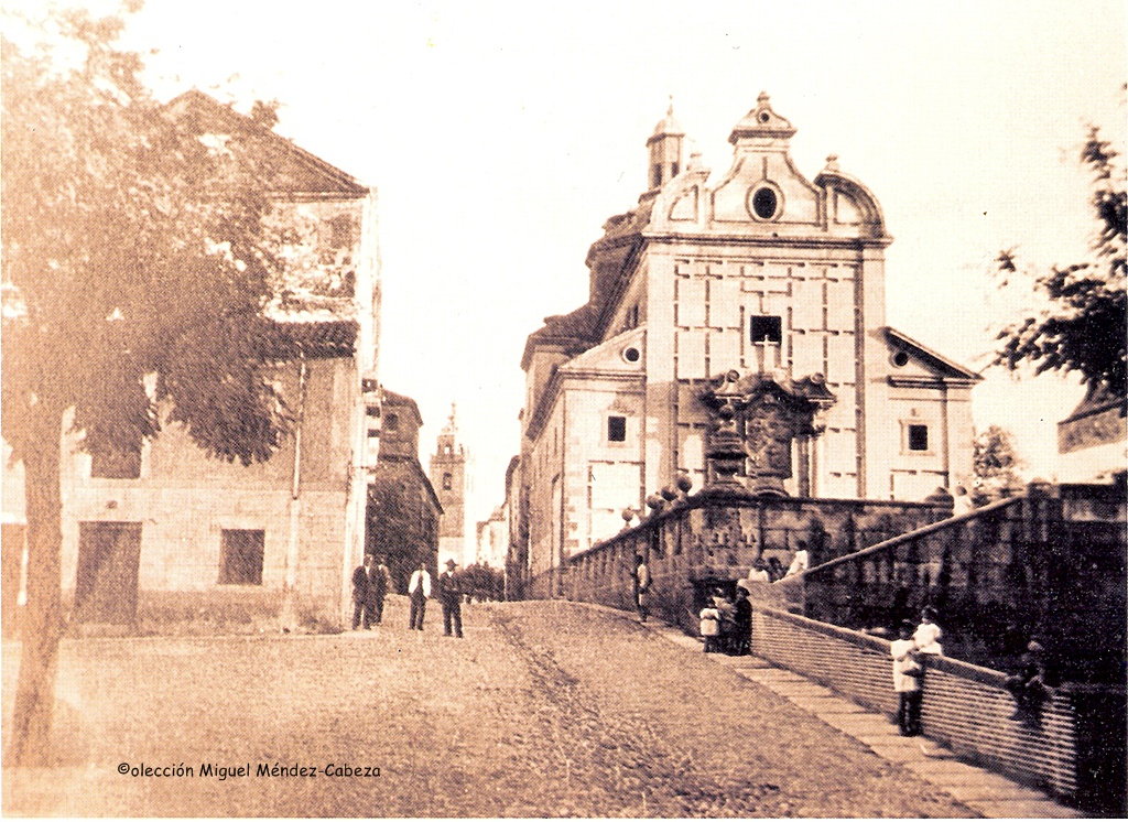 Otra postal de la fachada y del Palenque y la iglesia de los jesuitas