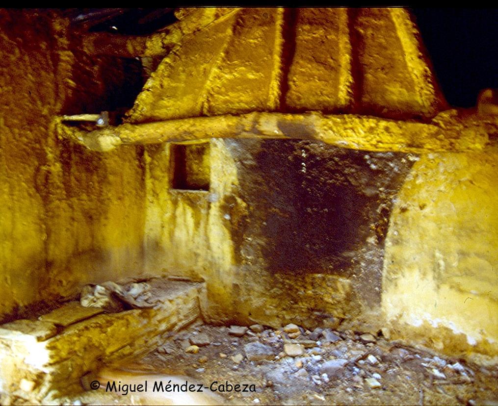 Campana de chimenea hecha con palos y cañizo entre ellos enlucido con barro