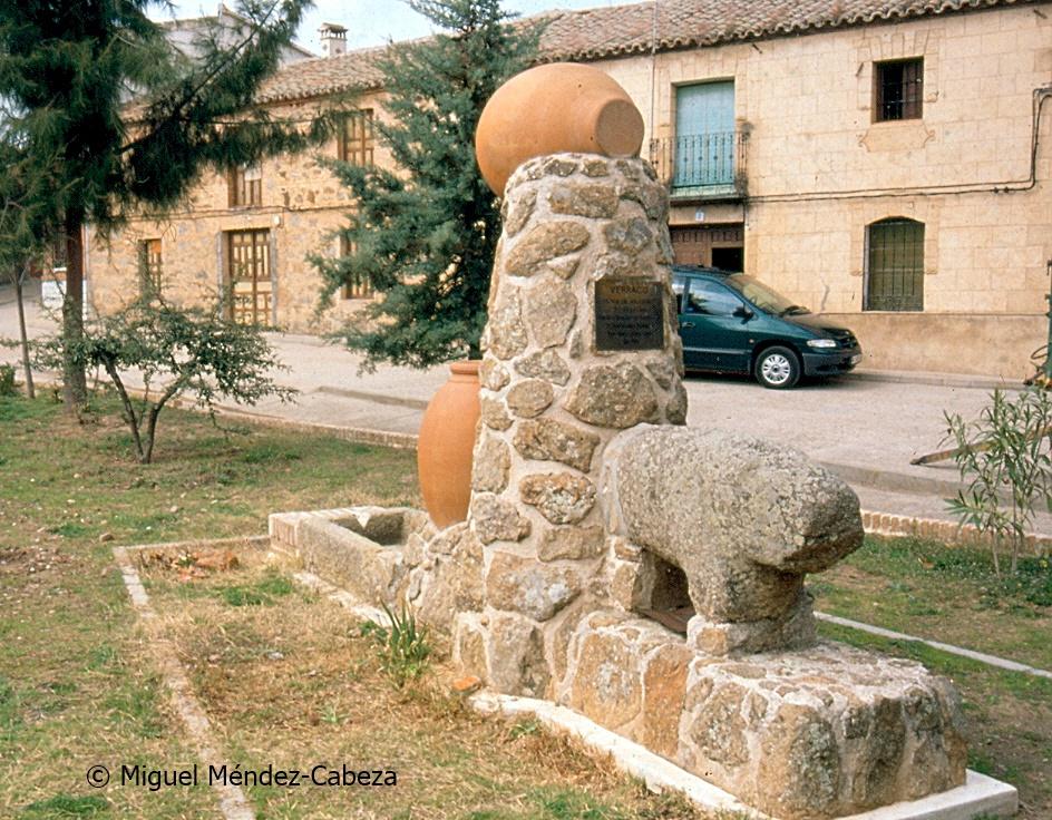 Uno de los verracos vettones de Torrecilla, formando parte de una fuente